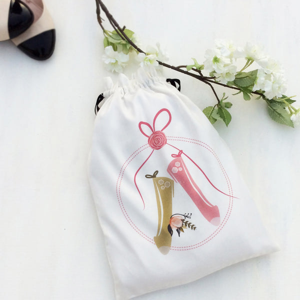 Set of 3 shoe bags ideal for women who love to travel. This beautiful fabric bag is for ballet flats, keeps your shoes in good condition and well organised.
