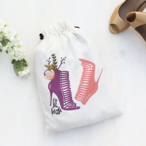 Set of 3 shoe bags ideal for women who love to travel. This beautiful fabric bag is for heels or stilettos, keeps your shoes in good condition and well organised..