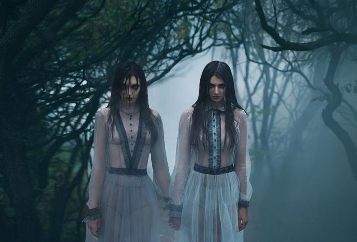 Horror - Creepy Twin Girls