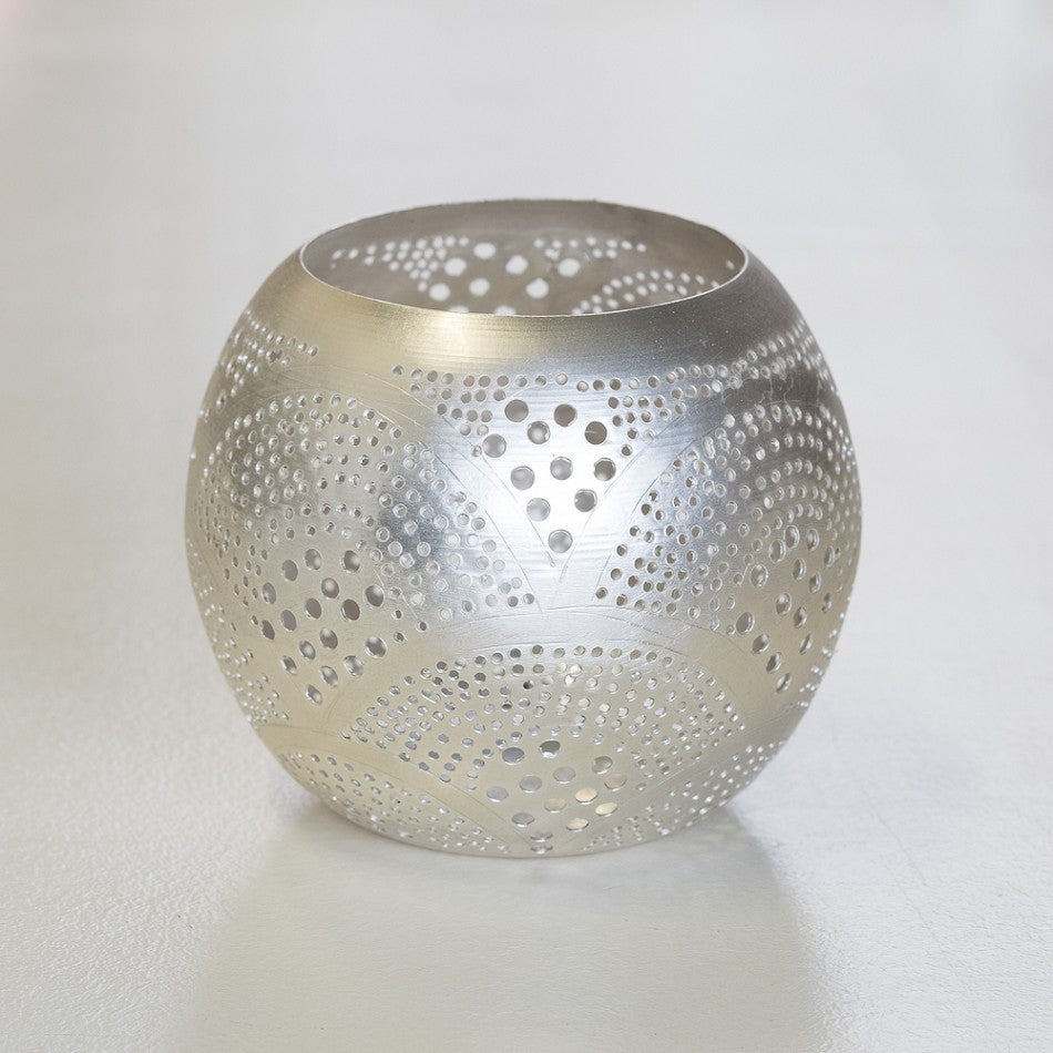 Round metal tealight holder with fan pattern