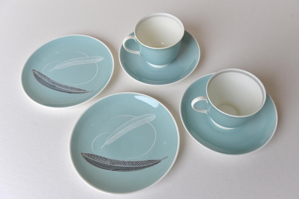 Pair of Susie Cooper tea cups and plates with feather design - L'Atelier Natalia Willmott