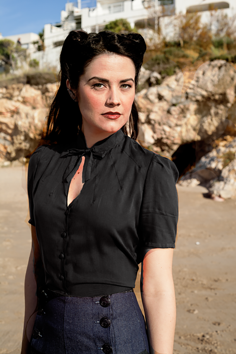 Versatility, comfort and design make Berlín collection a 1940's style black blouse a wardrobe essential. Also available on White.