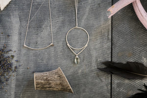 Load image into Gallery viewer, Curved Bar Necklace