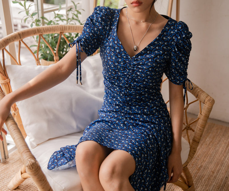 PATTERNED V-NECK SHIRRED DRESS