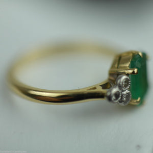 Vintage 18ct gold ring with green emerald and six diamonds