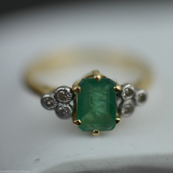Vintage 18ct gold ring with green emerald and six diamonds cluster