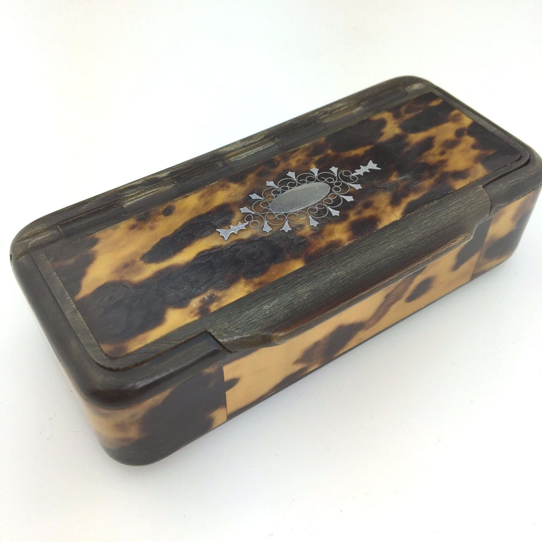 Antique snuff box in horn with
