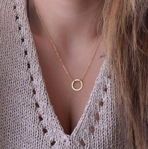 Necklace: Gold Tone Delicate Round Circle Connected-Style Pendant Necklace