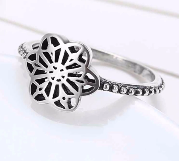 925 Sterling Silver - Ring: Cut-out floral style ring