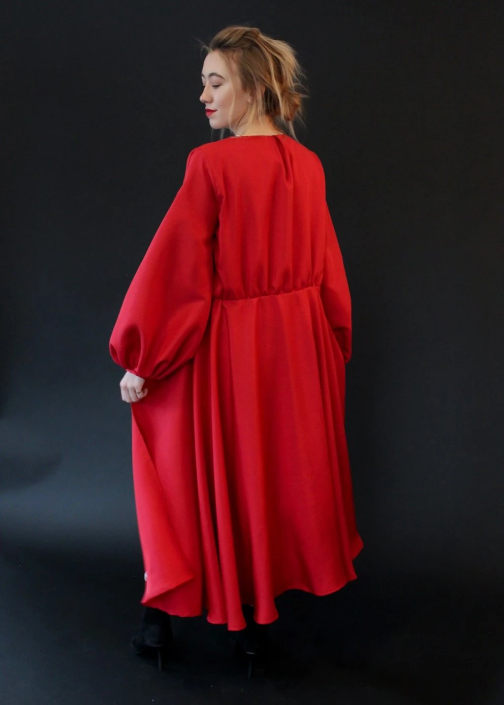 <h1>ELIZABETH Silk Red Robe</h1>