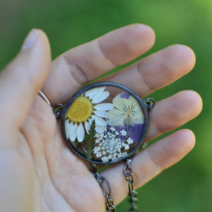 Unique terrarium style necklace features home grown and locally sourced daisies, violas, ferns and queen anne's lace - carefully arranged into Summer bouquet for you to admire. * Flowers are pressed and dehydrated to preserve the natural shape and color, then carefully set in a glass in a stained glass technique.
