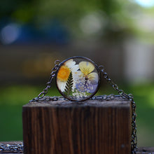 Load image into Gallery viewer, Eternal Summer - Round terrarium pressed flower necklace