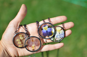 Eternal Summer - Round terrarium pressed flower necklace