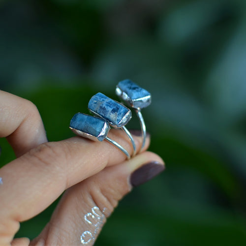Neon Pacific Blue Apatite silver ring - horizontal bar