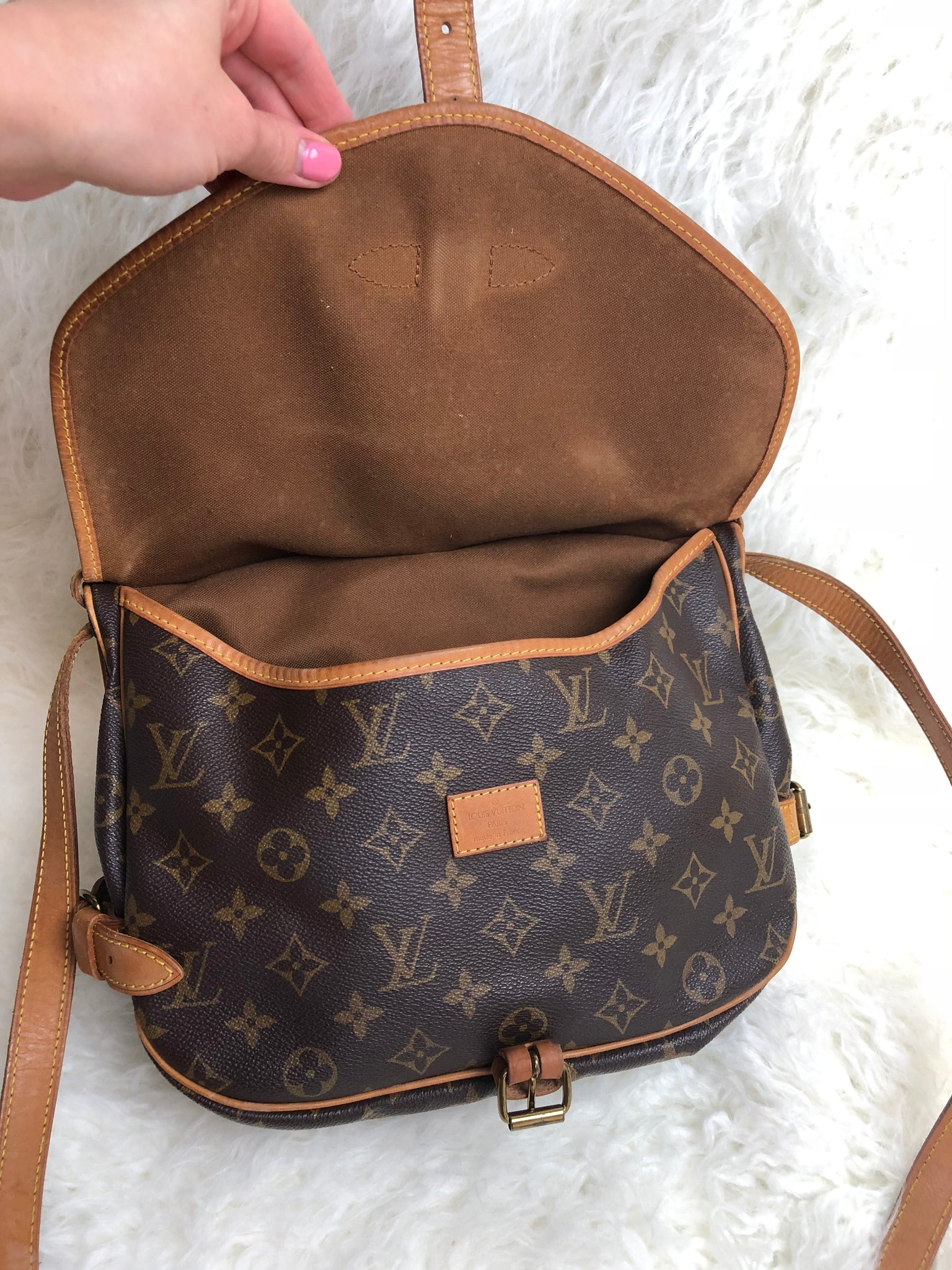 LOUIS VUITTON Saumur 30 Crossbody Bag (AR0971)