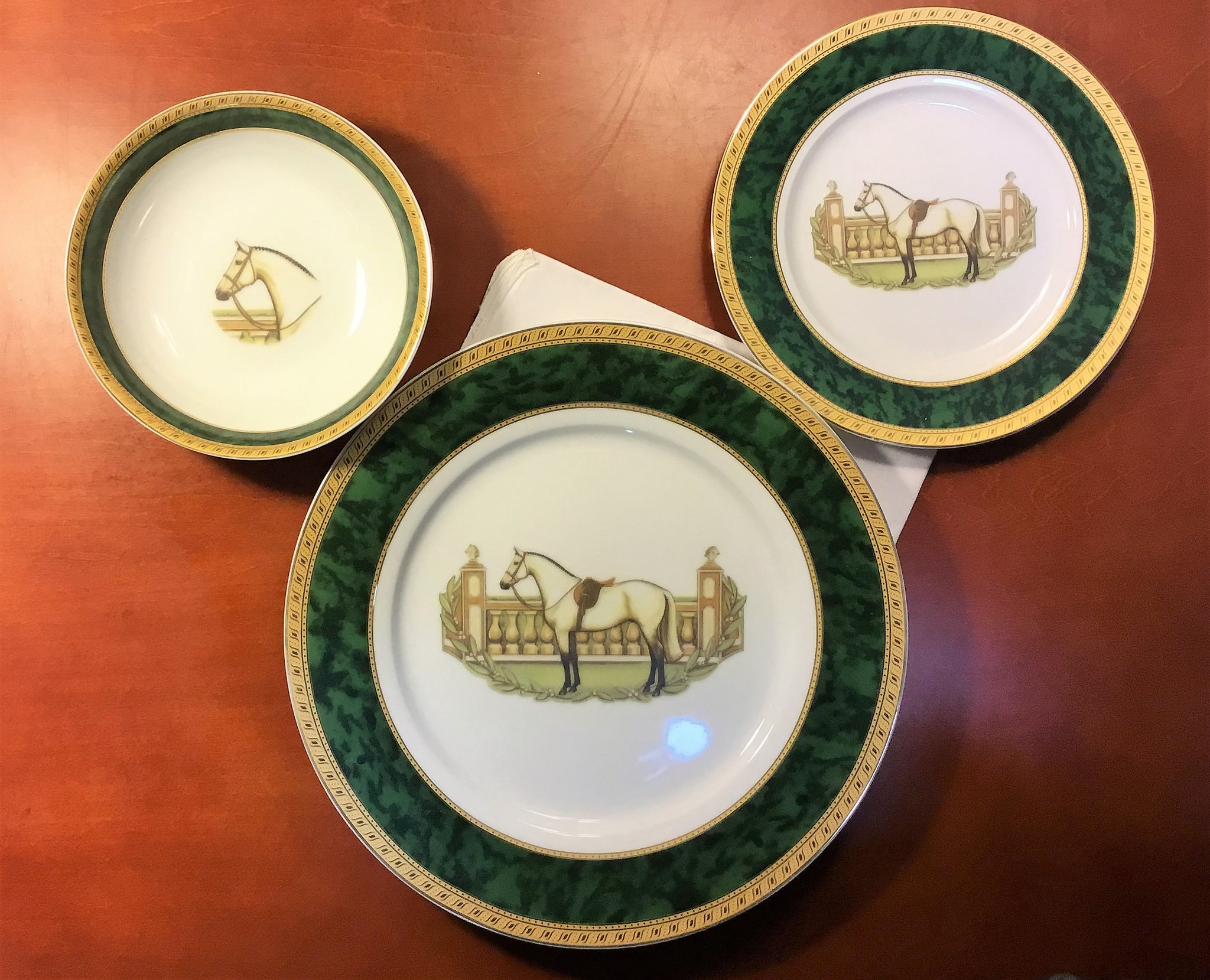 White hunter horse dinner set for 4