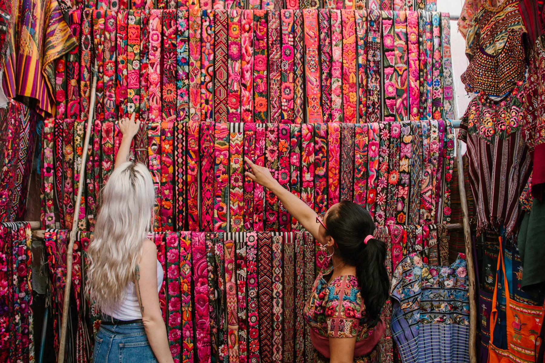 Hiptipico founder and employee enthusiastically select colorful fajas at the market, ethical fashion blogs, blogs about ethical and sustainable fashion, central america blogs, blogs about living in central america