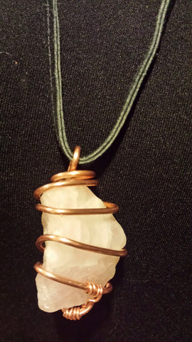 NECKLACE ROSE QUARZ STONE WRAPPED COPPER WIRE ADJ. BLACK LEATHER
