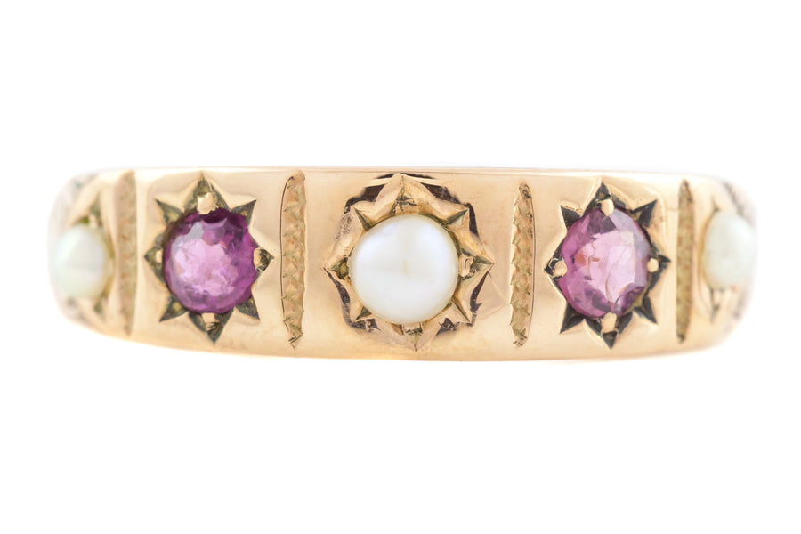 Ring with garnet and pearl stones