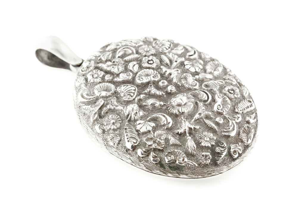 Antique Silver Locket with Shells and Flowers (22.3g)