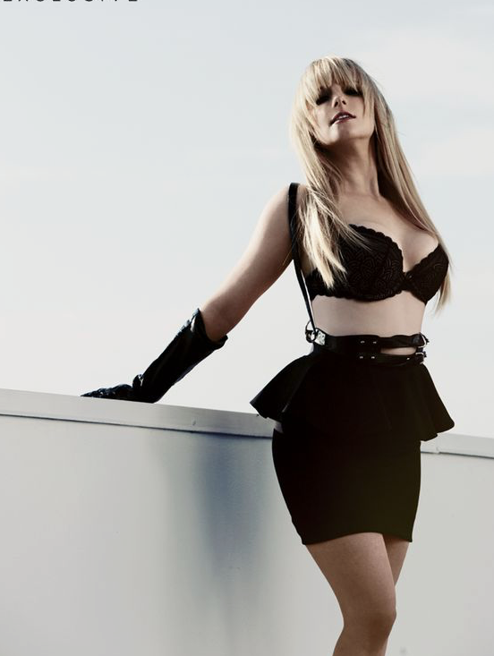 Big Bang Theory's Melissa Rauch in a sexy black outfit Oh Bernadette... please play my Clarinete!