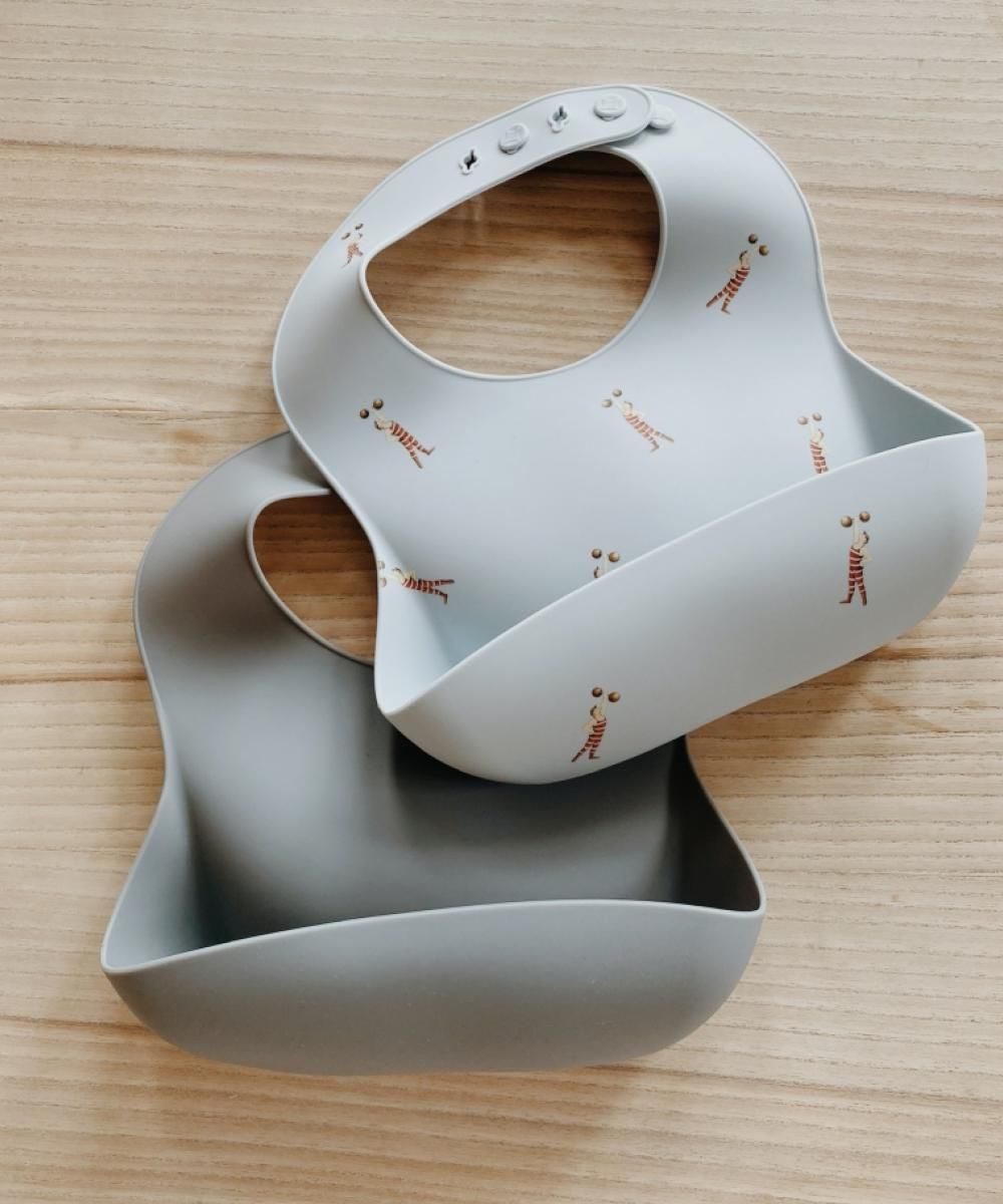 Konges Sløjd Baby Bib Silicone Strong Man/Quarry Blue