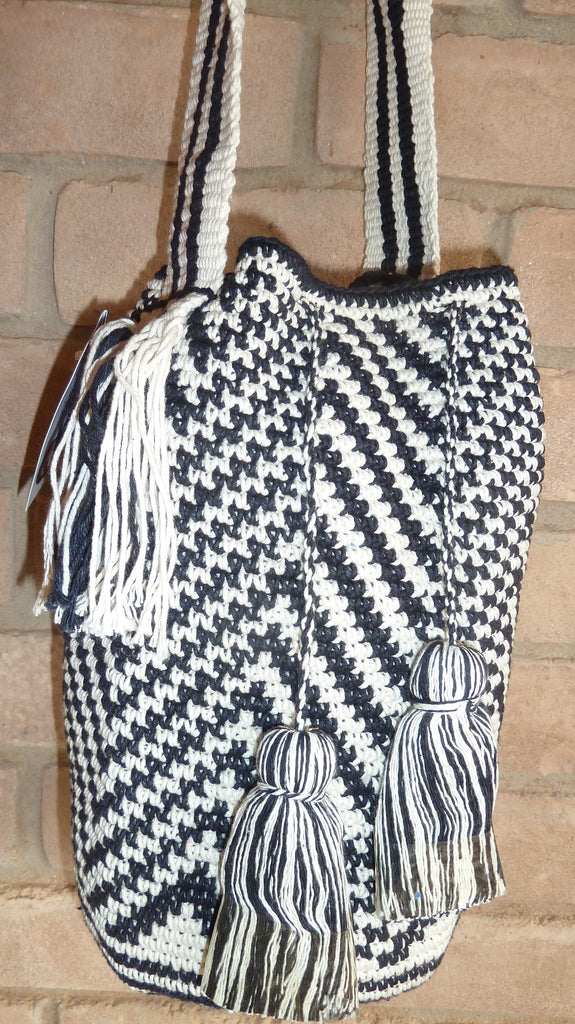 Crochet bag w/broad strap and pompoms 19