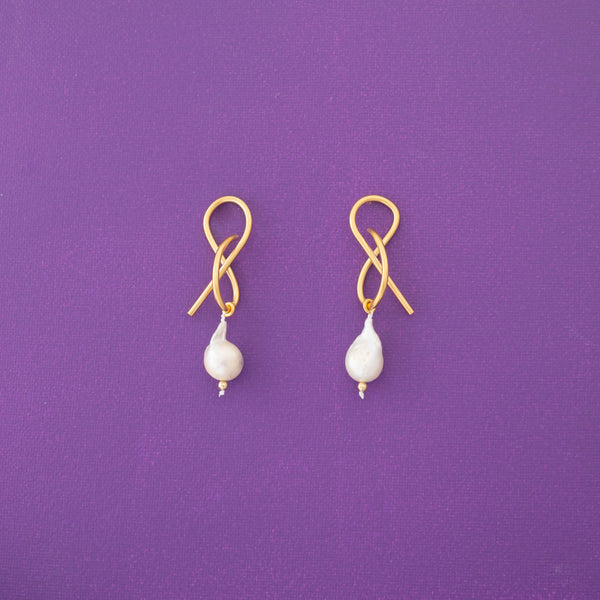 Teresa One Pearl Statement Earrings in Gold - emme