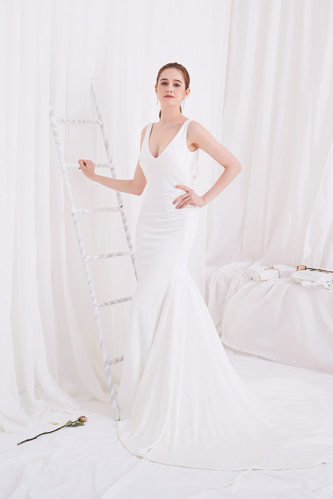 Diva - Selena Huan V-neck open-drap back crepe mermaid gown