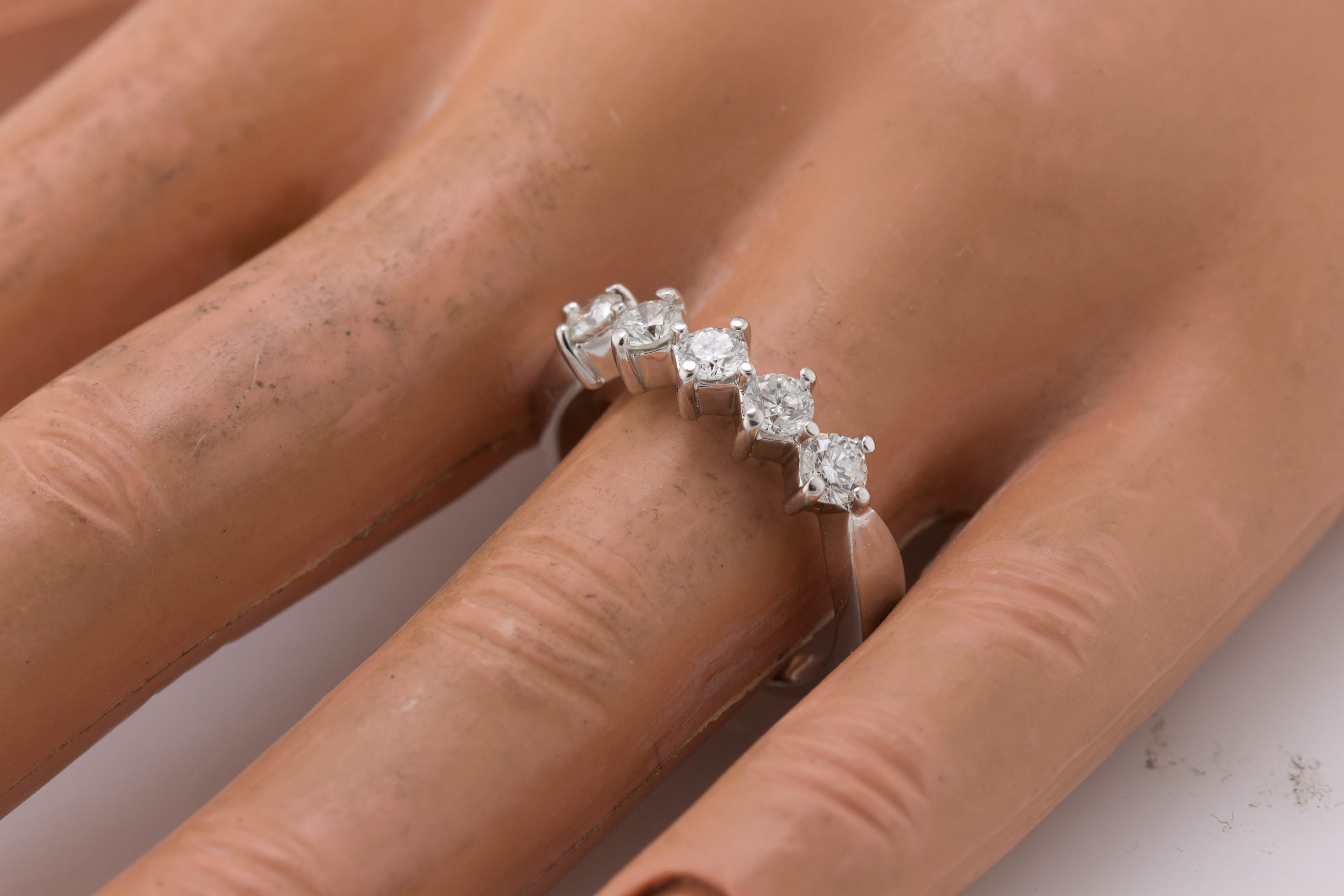 Lovely Ladies 14K White Gold 0.85ctw Diamond Wedding Anniversary Band Ring