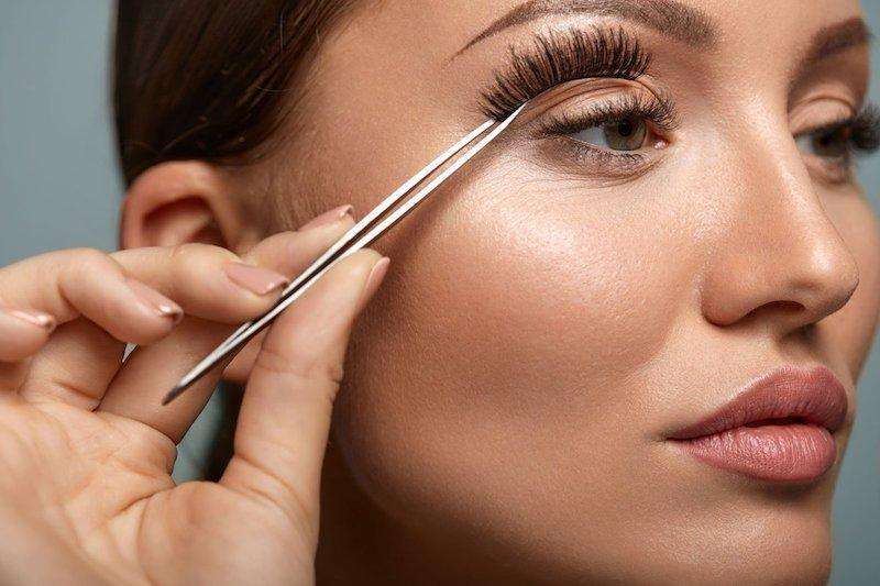 5 Application Techniques You Need for Flawless Faux Lashes