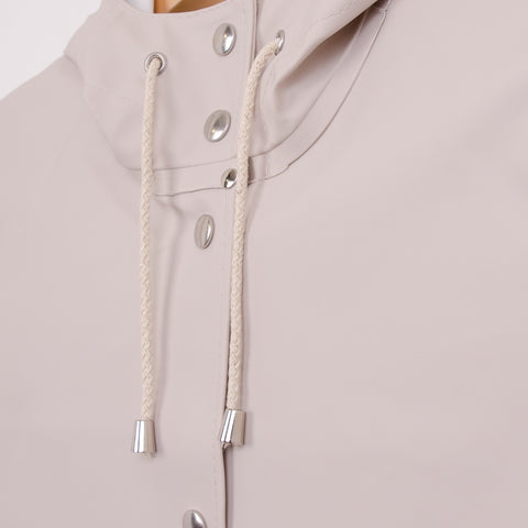 STUTTERHEIM MOSEBACKE RAINCOAT - LIGHT SAND