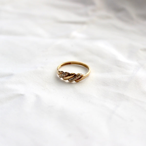 VINTAGE TWIST RING WITH WHITE GOLD SETTING