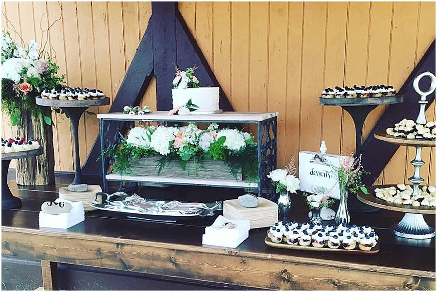 little miss lovely floral design // rehoboth beach de wedding // wedding cake dessert table florals