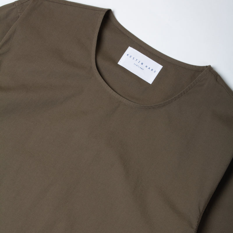 Caddy Tee In Olive Stretch Woven Cotton collar detail