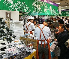 Shopping in Japan (japan-guide.com picture)