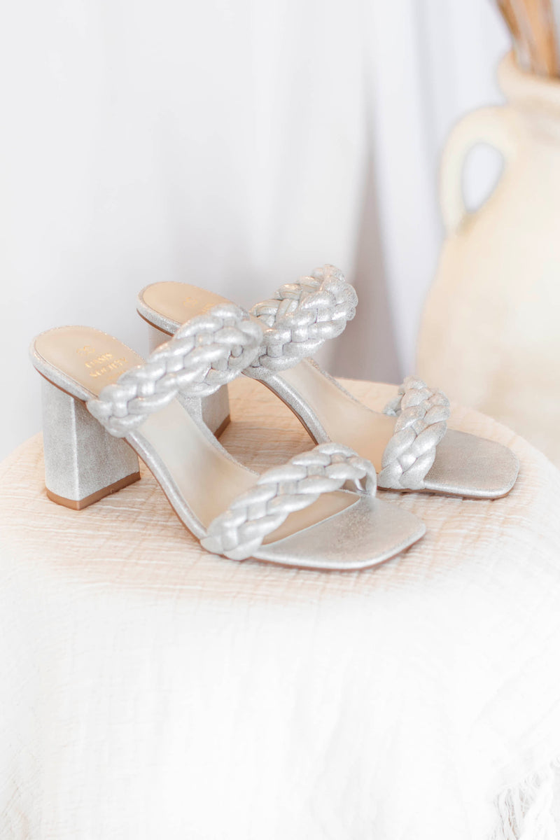 Turtleneck Sweater is a colorblocked turtleneck sweater with contrasting bodice, ribbed turtleneck and long sleeves with cuffs.