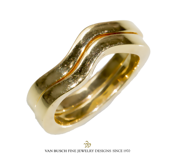 Curved Band in Gold