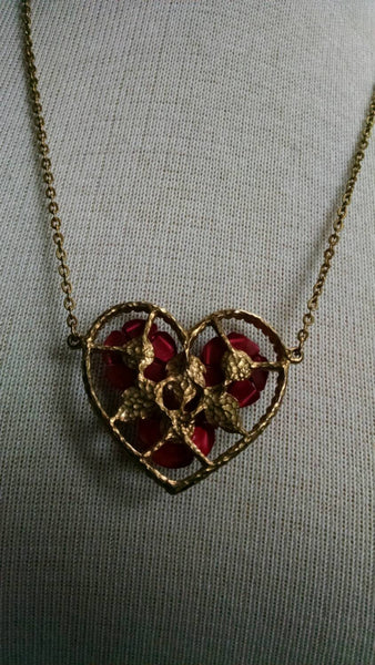 heart necklace// Three Roses on a Gold Heart Necklace // Vintage // Lady Like // Gift // Retro Jewelry// romantic