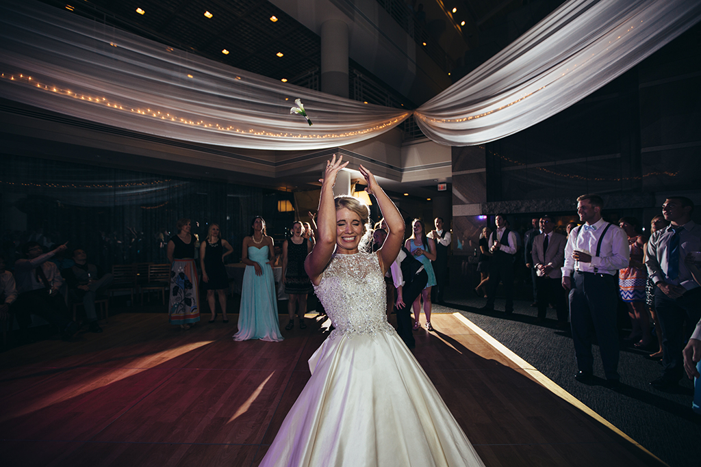 wedding-bouquet-toss