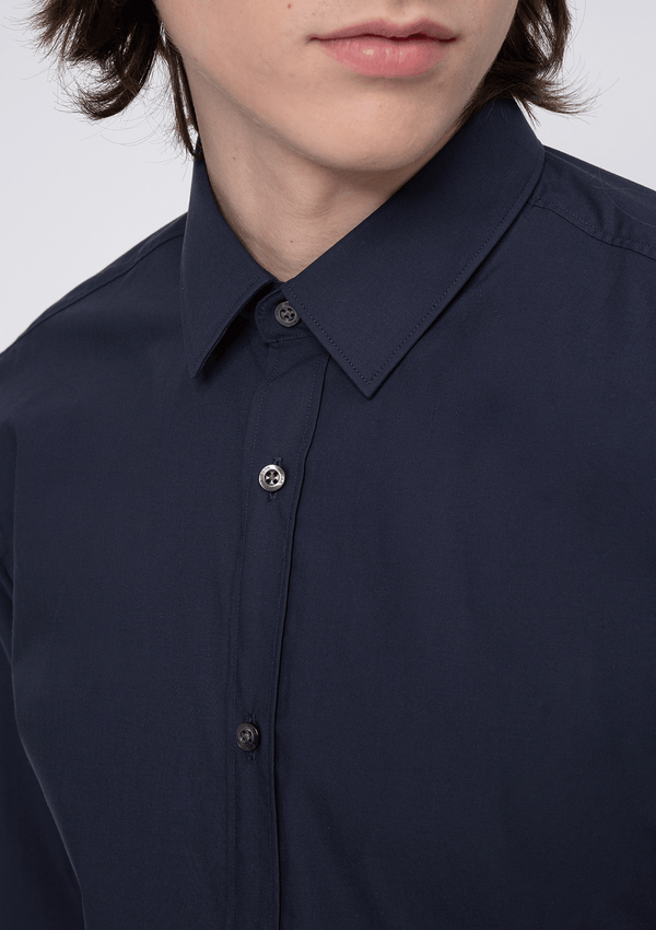 a close up fo the kent collar and buttons on the Hugo slim fit Elisha business shirt in navy pure cotton