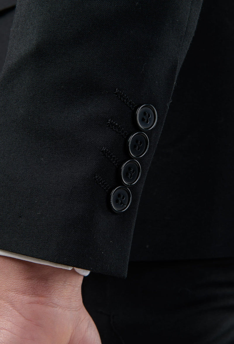 A close up of the black button detail on the sleeve of the Aston slim fit laneport suit in black A019301S