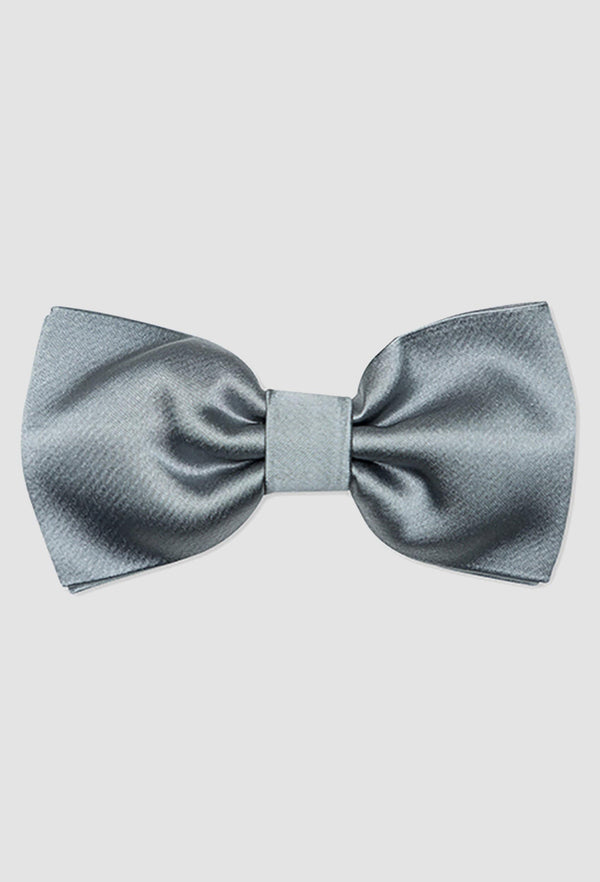 A close up view of the Joe Black classic bow tie in silver PJAY000044 on a grey background