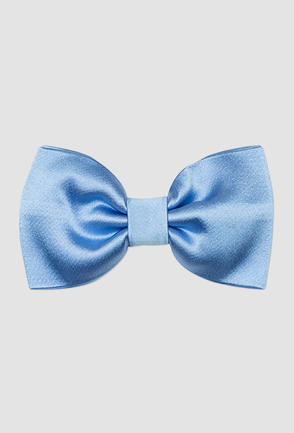 A close up view of the Joe Black classic bow tie in sky blue PJAY000044 on a grey background
