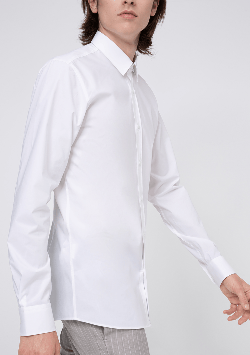 showing the slim fit of the Hugo slim fit Elisha business shirt in white pure cotton
