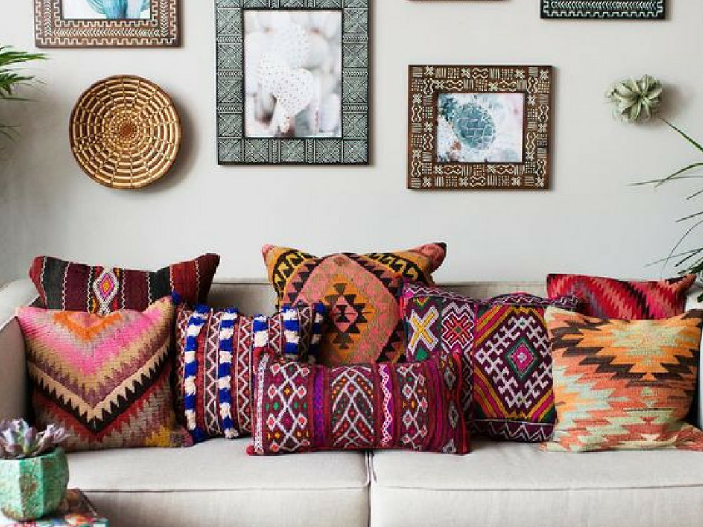 Global flair is all about layered rugs, heavy textures and mismatched patterns! Check out this travel-inspired home decor trend!