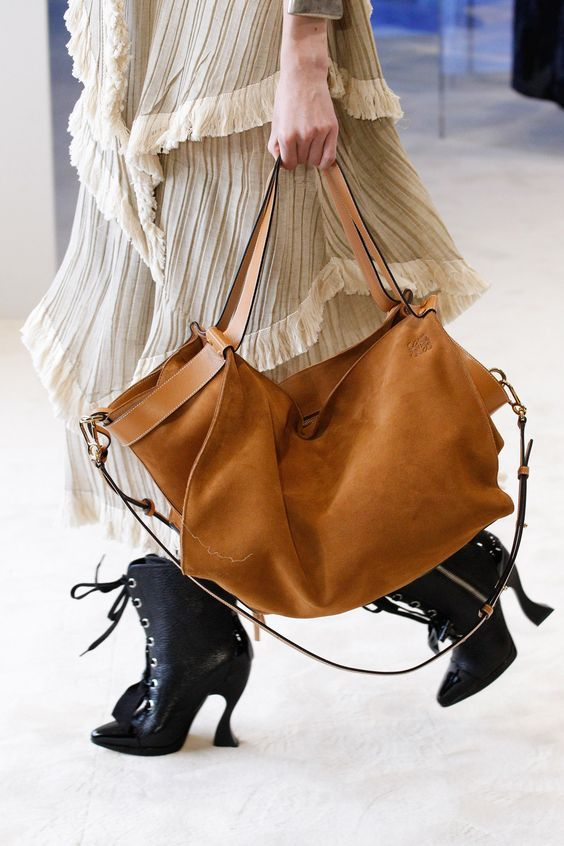 4 HOTTEST BAG TRENDS RIGHT NOW.