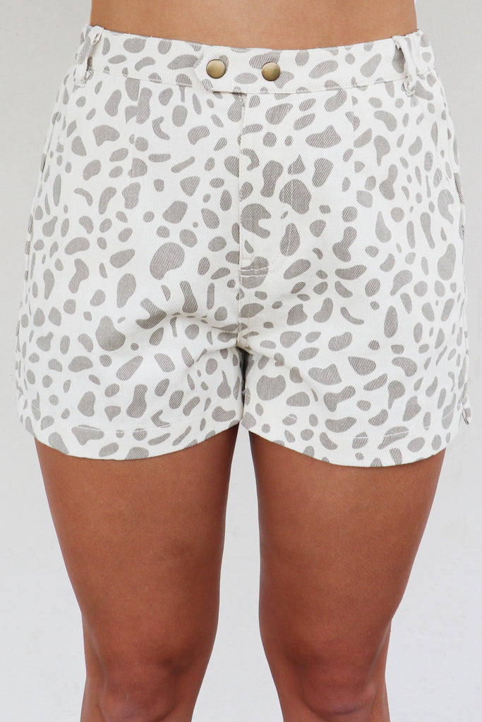 WELCOME TO JUNGLE GIRAFFE SHORTS