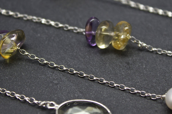 Chain with freshwater pearls and semi-precious stone chips