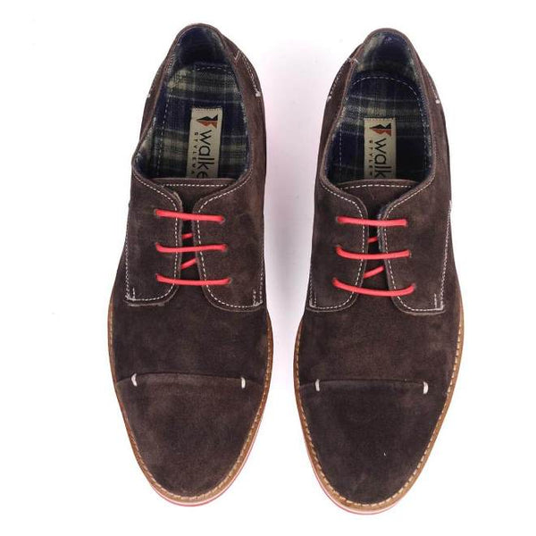 A top view of pair of men's 3e wide casual derby shoes made with brown suede leather